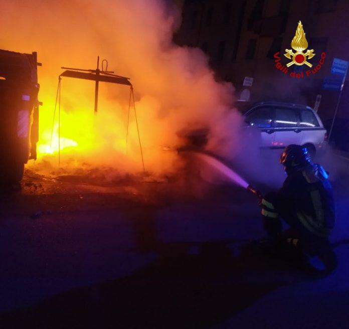 Poggibonsi, prende fuoco cassonetto dei rifiuti, auto danneggiata