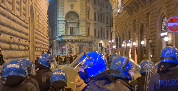 "Guerriglia urbana a Firenze, poliziotti feriti. Sap: ""Basta aggressioni"""