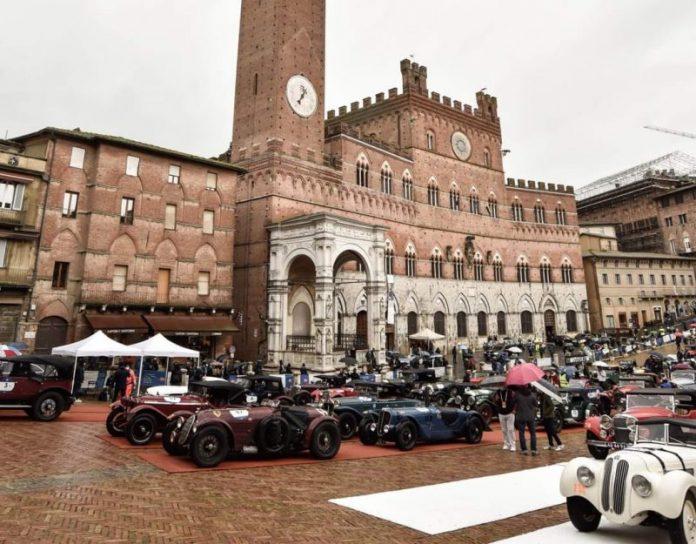 Lo spettacolo della 1000 Miglia fa tappa a Siena