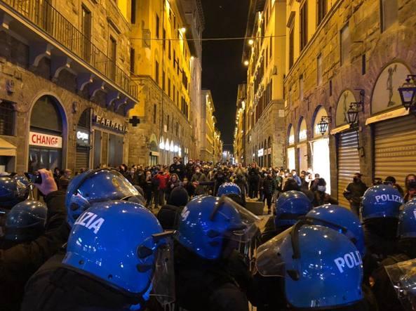 Guerriglia e scontri in pieno centro: a Firenze è inferno fra manifestanti e forze dell'ordine