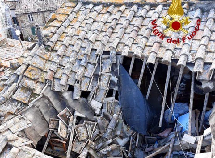 Chiusdino, crolla il tetto di una casa: intervento dei vigili del fuoco