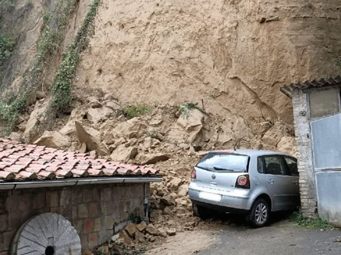 Siena, frana in Fontebranda: cade parete di tufo, evacuate 5 famiglie [FOTO]