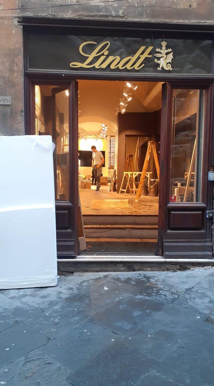 Un altro marchio lascia Siena: chiude il negozio Lindt