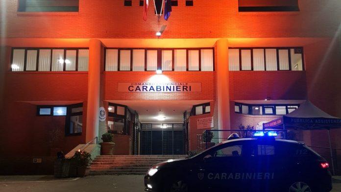 """Carabinieri: si illumina la caserma di viale Bracci che ospita """"Una stanza tutte per sé"""""""
