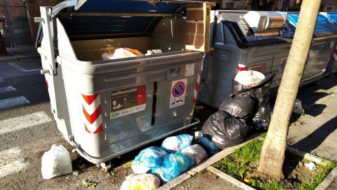 Degrado in Viale Mameli: sacchi della spazzatura abbandonati a bordo strada