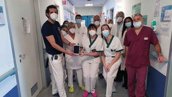 Infermieri e OSS donano un tablet ai pazienti della stroke unit e di Neurologia