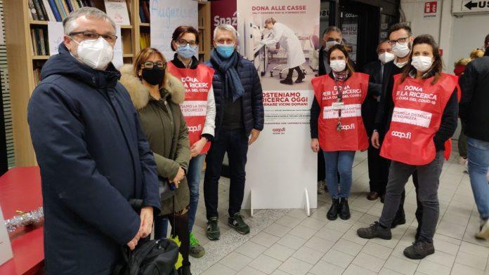 Colle di Val d'Elsa: il sindaco Donati, insieme all'assessore regionale Bezzini, dona per la ricerca