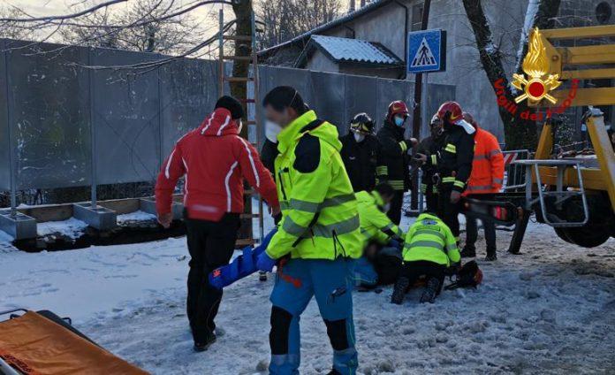Cade in una buca profonda 7 metri per strada, salvato dai vigili del fuoco
