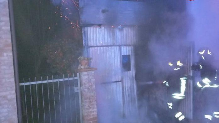 Poggibonsi, prende fuoco un box: danneggiati alcuni ciclomotori