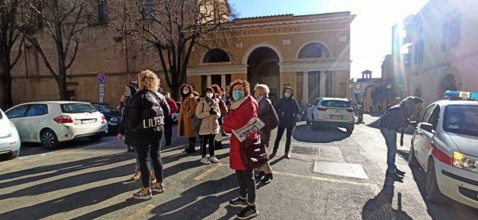 """Piccolomini, i genitori delle classi di Montarioso: """"Scettici sulle intenzioni della preside di risolvere i problemi"""""""