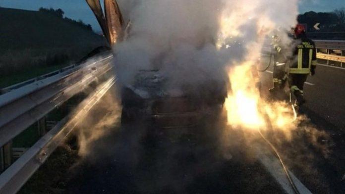 Montepulciano: furgone in fiamme sull'autostrada