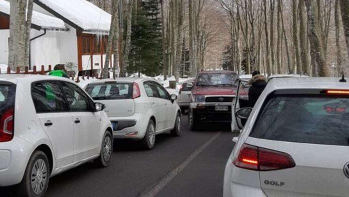Amiata: lunghe file di auto, i carabinieri bloccano la strada