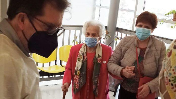 Covid, vaccinata la donna più anziana di Siena
