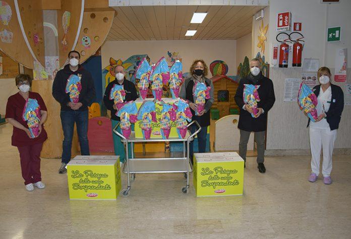 Gruppo piccoli contrada della Torre, uova di Pasqua ai bimbi di pediatria