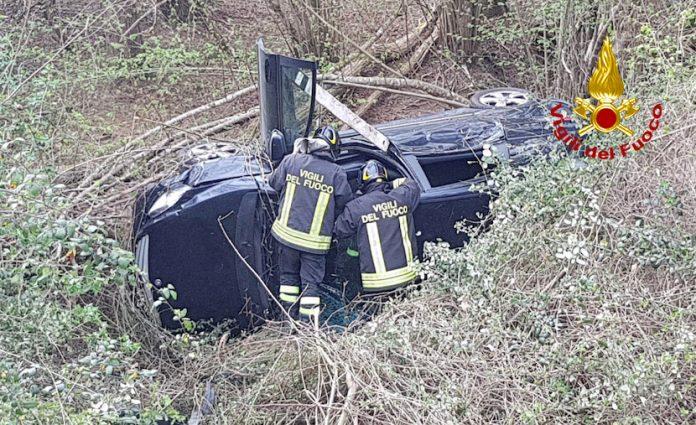 Incidente sulla Ss 223, auto va fuori strada e si ribalta: intervento dei vigili del fuoco