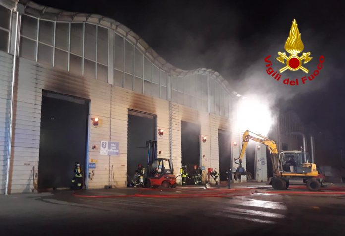 Capannone smaltimento rifiuti in fiamme, intervento dei vigili del fuoco