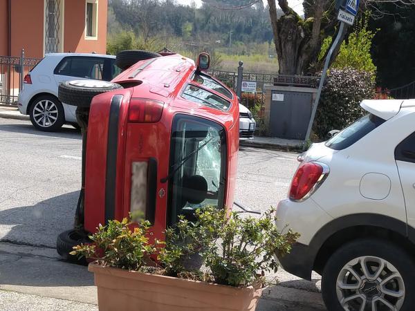 Pianella: camion aggancia auto e la ribalta, rocambolesco incidente