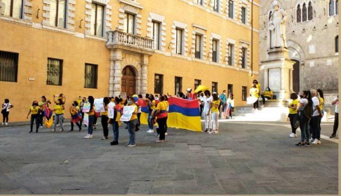 Riforma fiscale, in piazza Salimbeni protesta anche la comunità colombiana senese