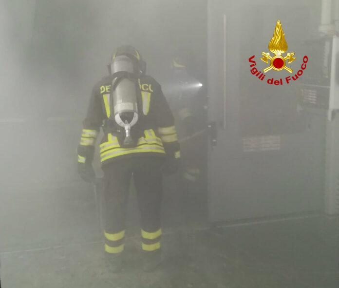 Incendio in fabbrica di materie plastiche , intervento dei vigili del fuoco