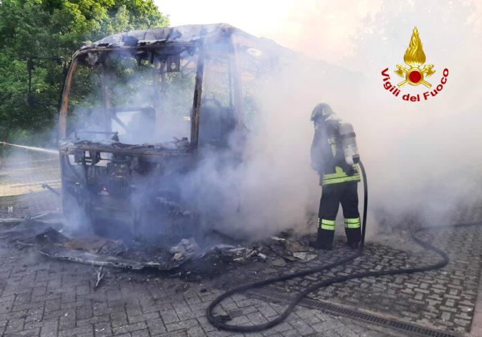 Autobus avvolto dalle fiamme a Chiusdino