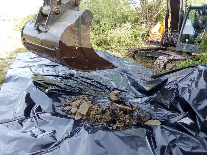 Scarico abusivo di rifiuti pericolosi ed eternit nel torrente Arbia vicino a Monteaperti