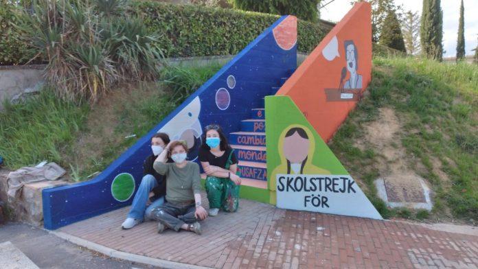 Un murales su diritti umani, donne e ambiente accoglie chi arriva a Castelnuovo