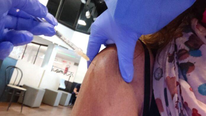 Al via la vaccinazione con la terza dose per gli ultraottantenni: anche in farmacia