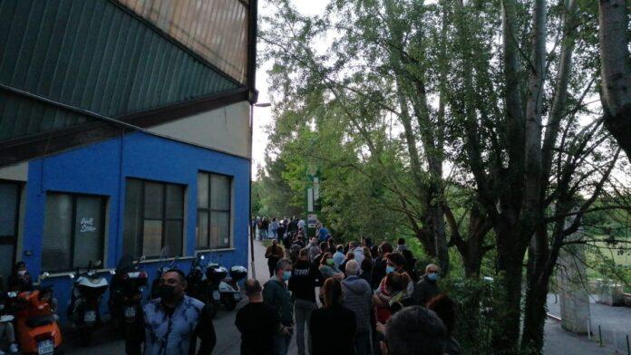 """Vaccino Day"": lunga fila al PalaGiannelli"