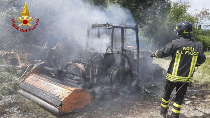 Trattore prende fuoco, intervengono i Vigili del Fuoco