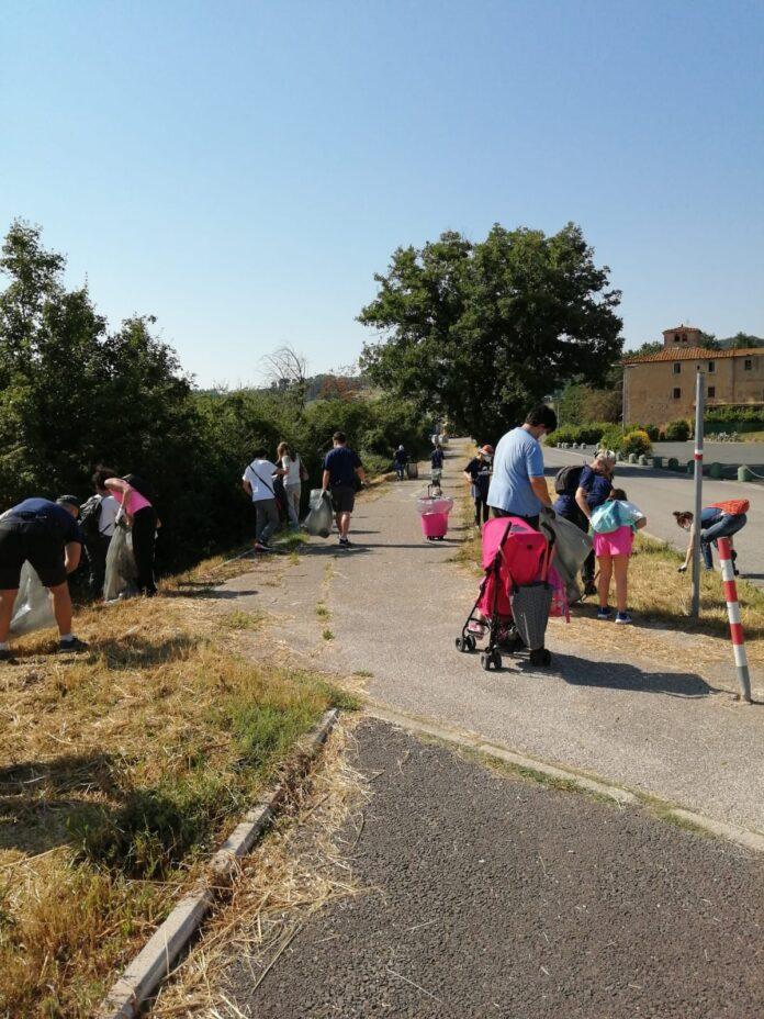 """""""Plastic free"""", bambini e volontari raccolgono rifiuti a Castellina Scalo"""
