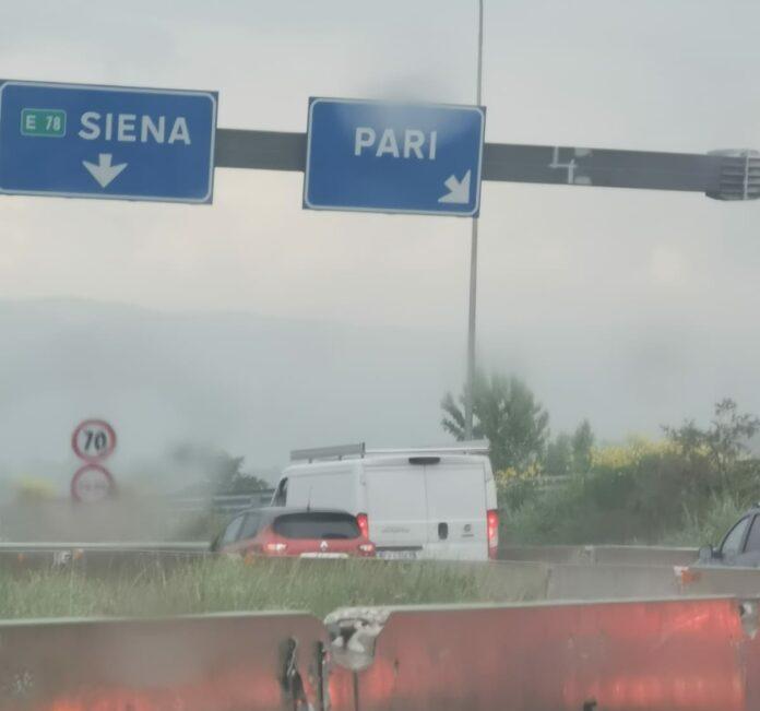Siena-Grosseto, auto contro il new jersey e traffico rallentato