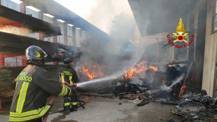 Greve in Chianti, incendio nella notte in una falegnameria
