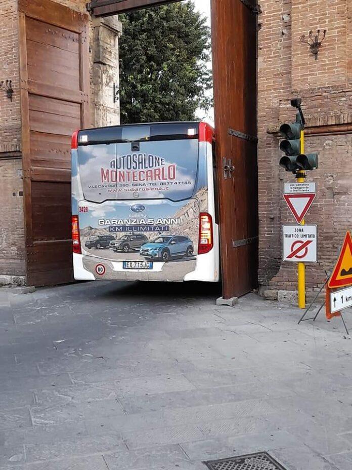 Siena, bus rimane incastrato nella porta di Camollia
