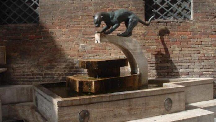 Atto vandalico alla fontanina della contrada della Pantera, si cercano due giovani