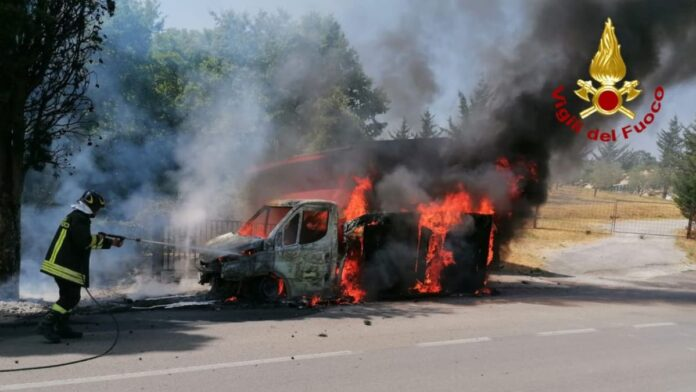 Sarteano, furgone prende fuoco: intervengono i Vigili del Fuoco