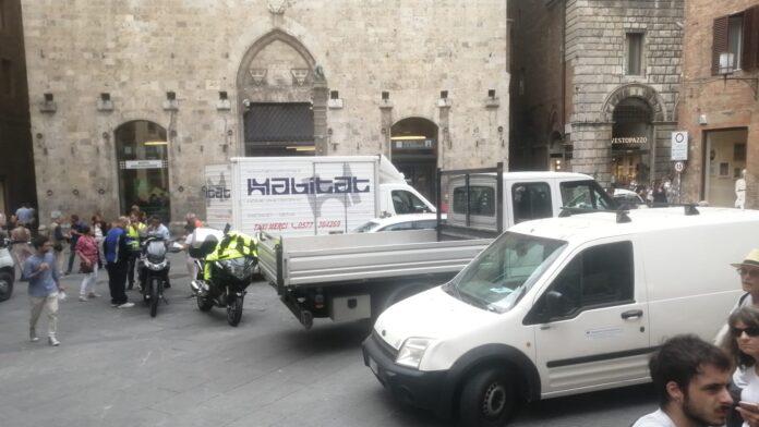 Siena: parcheggio selvaggio di furgoni in piazza Tolomei