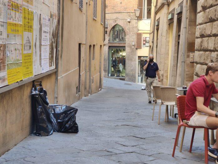 Siena: vicolo Rinuccini utilizzato come discarica di rifiuti ingombranti