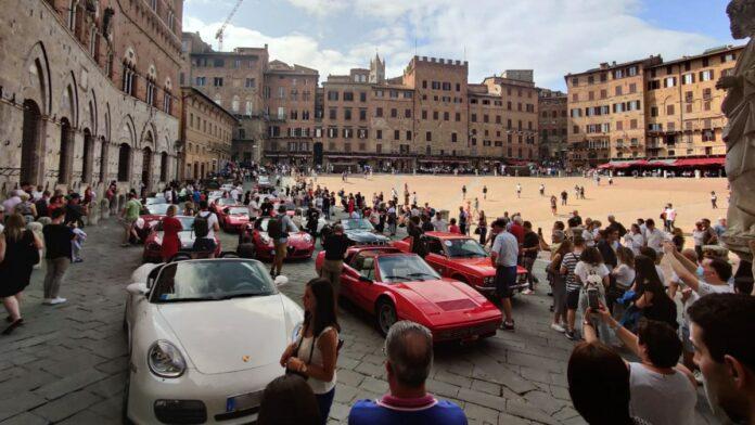 """In Piazza del Campo sfilano le auto del raduno """"Sulle Strade della Leggenda"""""""