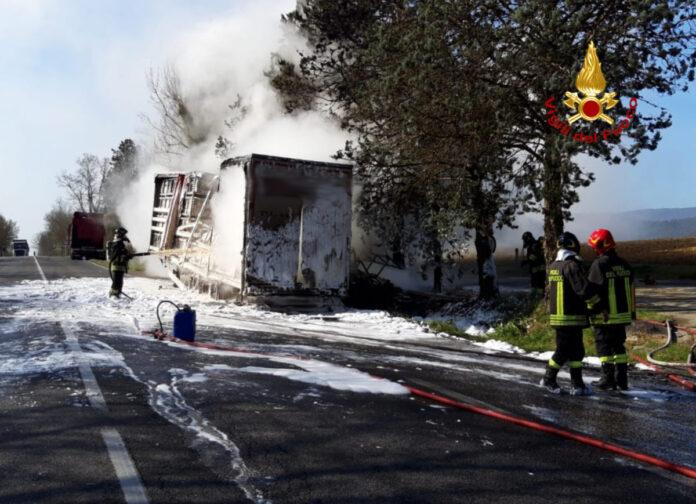 Tir in fiamme sulla Siena-Grosseto: dopo mesi la carcassa è ancora ferma sul ciglio della strada