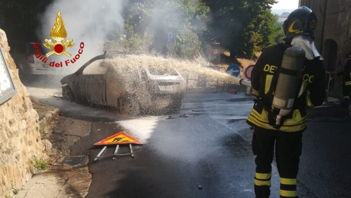 Auto in fiamme a Colle val d'Elsa: intervengono i Vigili del fuoco